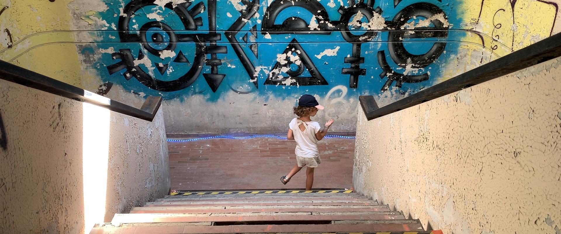 Petite fille qui découvre le bâtiment lors de la journée l'Escale Combleux du 13 juin