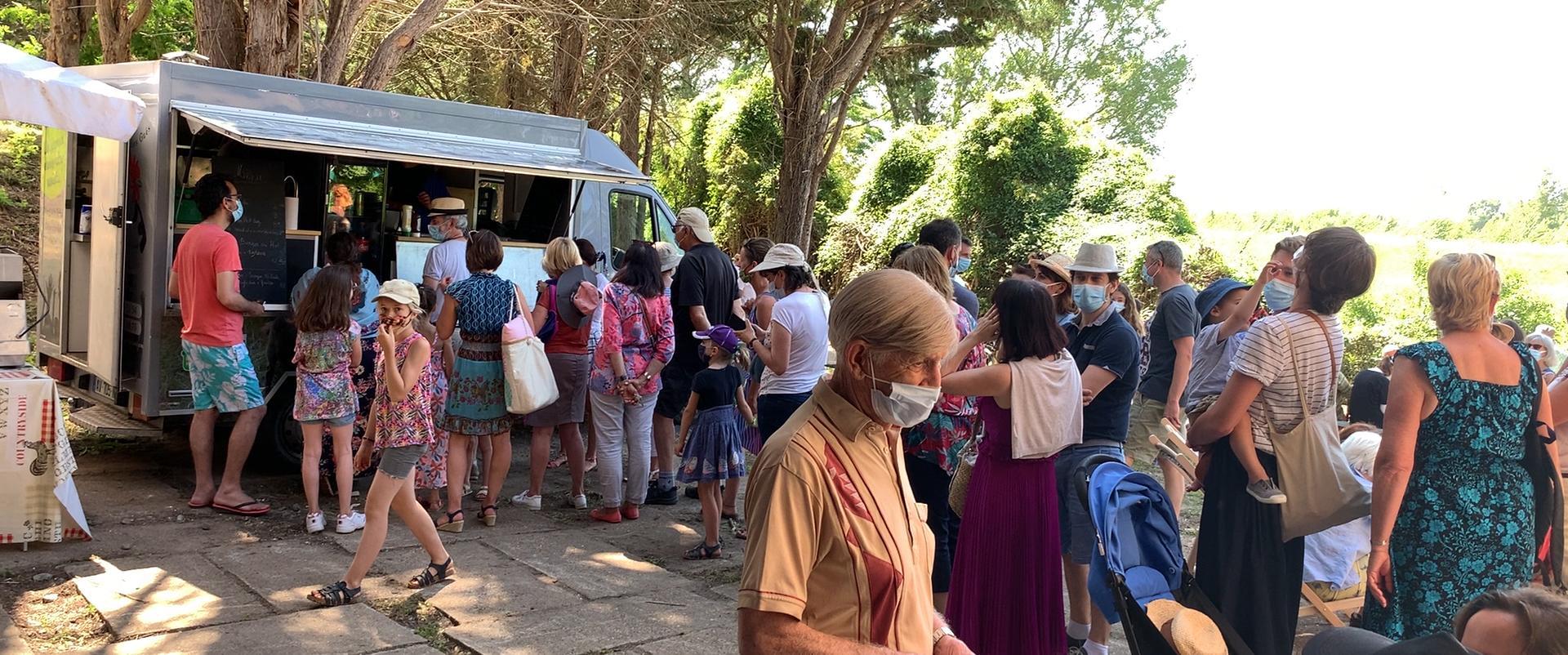 Foule devant le food truck lors de la journée l'Escale Combleux du 13 juin