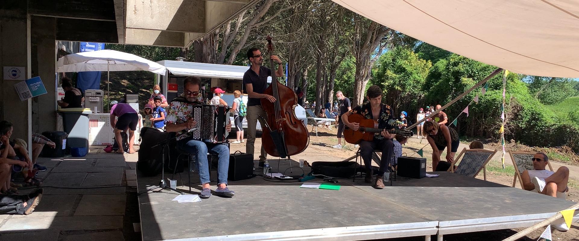 Groupe de musique lors de la journée l'Escale Combleux du 13 juin