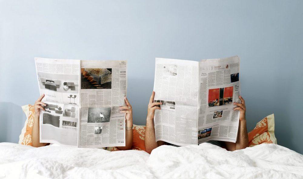 Personnes qui lisent l'actualité